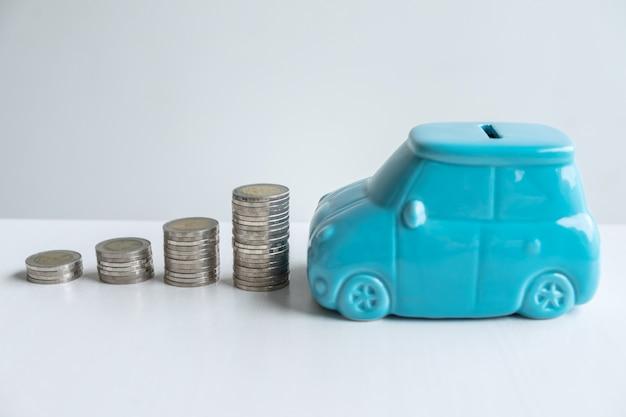 Imágenes de pila de monedas apiladas y hucha azul para crecer y ahorros con caja de dinero