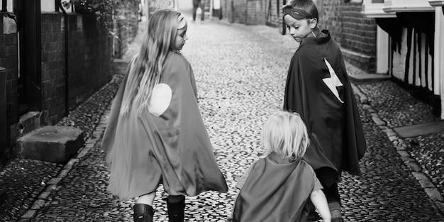 Imaginación de disfraces para niños superhéroes, concepto de aprendizaje