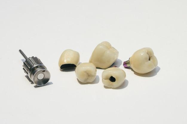 Implantes de circonio dentales para destornillador ortopédico.