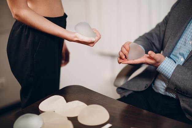Los implantes de silicona en la mano.