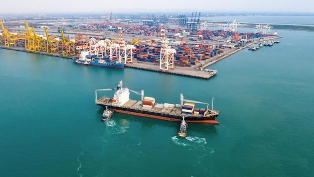 Importación y exportación de contenedores de envío internacional en el mar