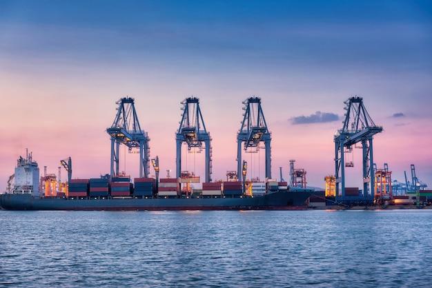 Importación y exportación de contenedores de transporte marítimo industrial