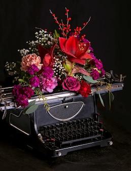 Imprenta antigua y flores brillantes.