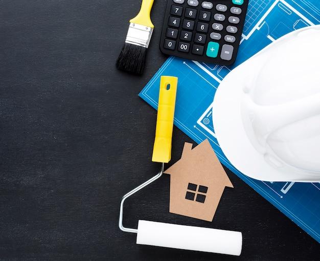 Impresión azul de una casa con sombrero de constructor