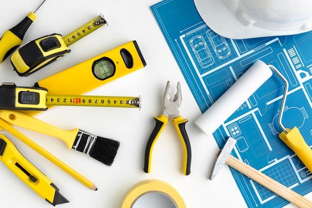 Impresión azul y disposición de herramientas de reparación amarillas.