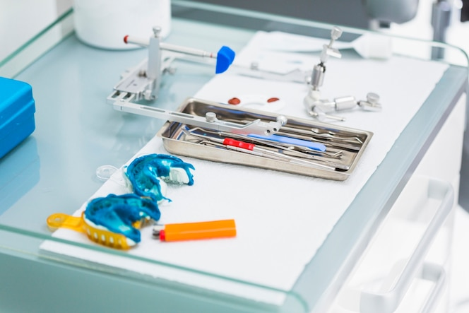 Impresión dental azul cerca de herramientas dentales