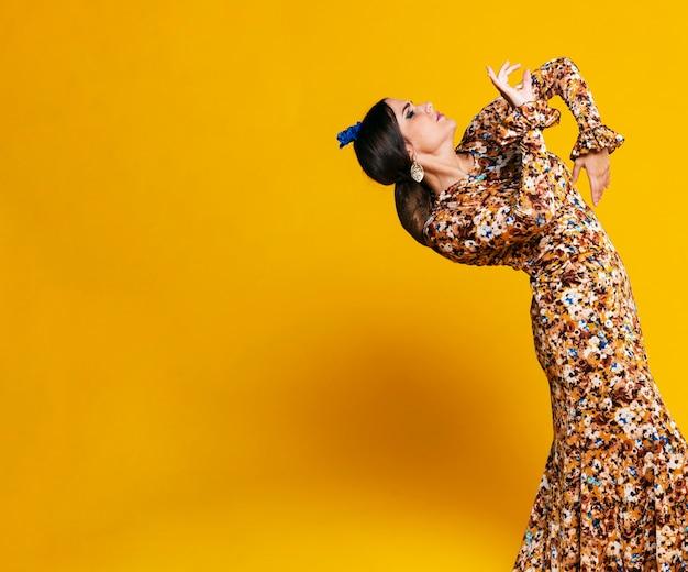 Impresionante bailarina de flamenco agachada