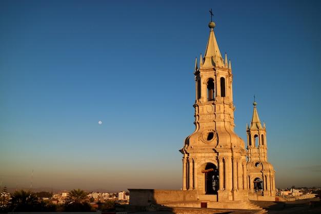 Impresionante campanario de la basílica catedral de arequipa con la luna de la mañana, arequipa, perú