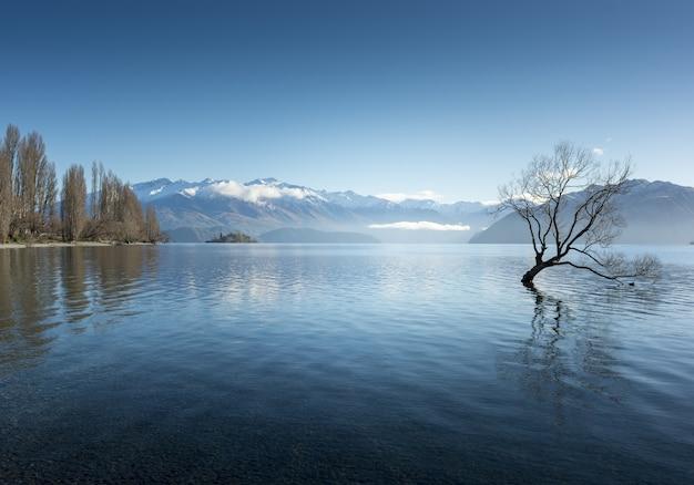 Impresionante foto del lago wanaka en la aldea de wanaka, nueva zelanda