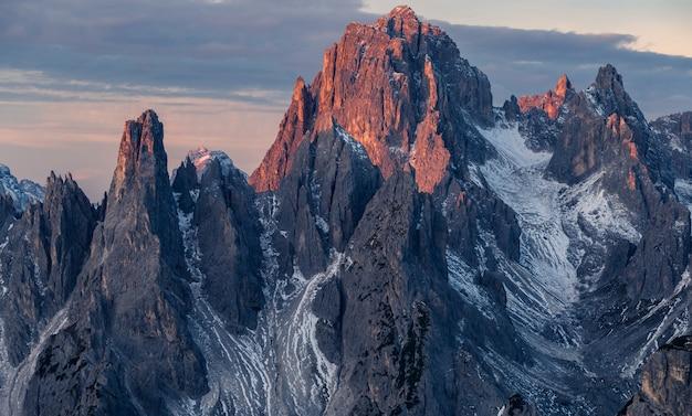 Impresionante foto de la montaña misurina en los alpes italianos bajo el cielo nublado