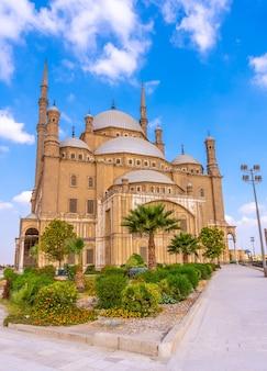 La impresionante mezquita de alabastro en la ciudad de el cairo, en la capital egipcia. africa, foto vertical
