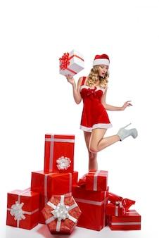 Impresionante mujer joven vestida con traje de navidad posando seducti