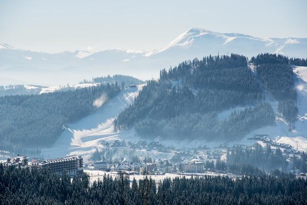 Impresionante paisaje de invierno en las montañas
