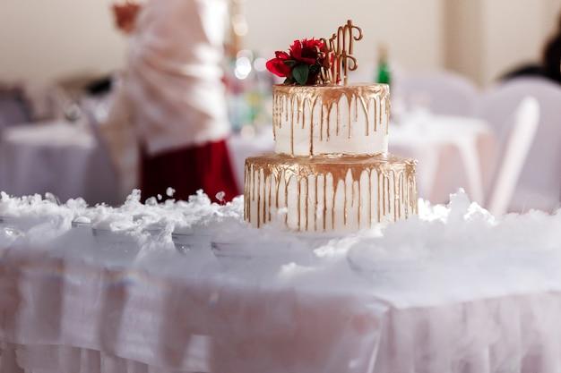 Impresionante pastel de bodas y magnífica decoración.