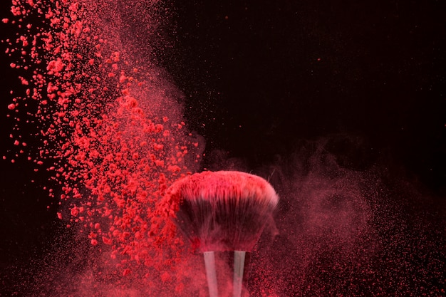 Impresionante pincel de color brillante y polvo que cae.