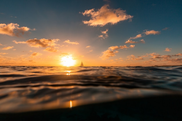 Impresionante puesta de sol sobre el océano en la isla de bonaire, caribe