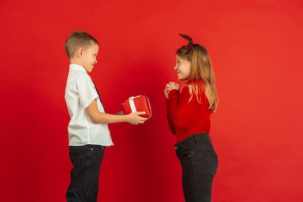 Impresionante regalo de un niño a una niña.