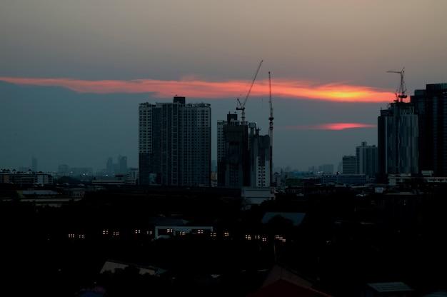 Impresionante resplandor de la puesta del sol sobre el sitio de construcción en bangkok, tailandia