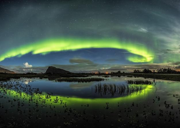 Impresionante toma de viento de colores que se refleja en el mar en lofoten, noruega