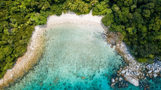 Impresionante vista aérea de playa tropical con nadie en verano. destino de vacaciones en malasia. playa tropical de arena con palmeras y agua cristalina