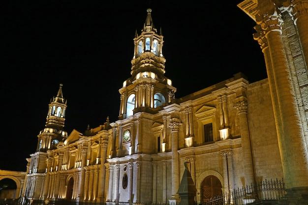 Impresionante vista de la basílica catedral de arequipa por la noche, perú, sudamérica
