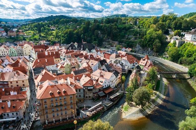 Impresionante vista de la ciudad de cesky krumlov en la región de bohemia del sur de la república checa, europa