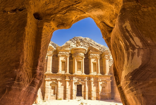 Impresionante vista desde una cueva del ad deir - monasterio en la antigua ciudad de petra, jordania
