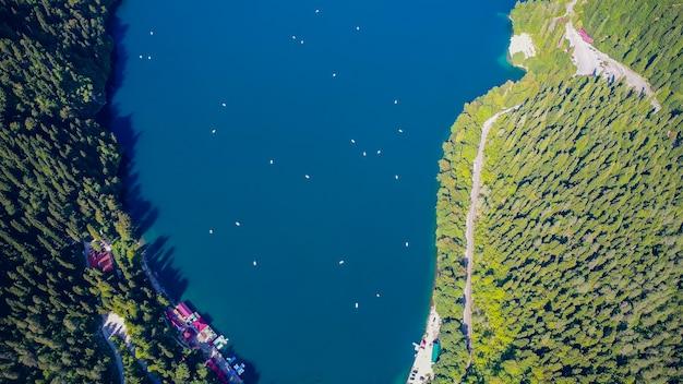 Impresionante vista del paisaje natural del lago ritsa, abjasia vista aérea ciudad turística gagra, abjasia, georgia