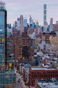 Impresionante vista del paisaje urbano de nueva york en un hermoso fondo de amanecer