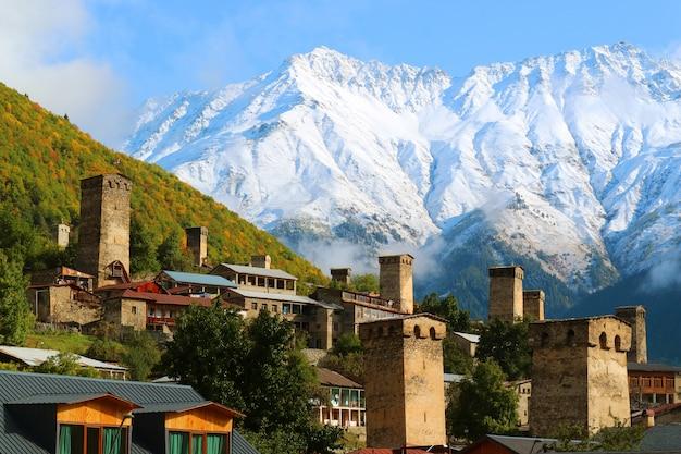Impresionante vista de la torre medieval de svan contra la montaña del cáucaso en mestia, georgia