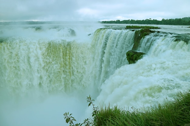 Impresionante vista de la zona de la garganta del diablo de las cataratas del iguazú en el lado argentino, argentina