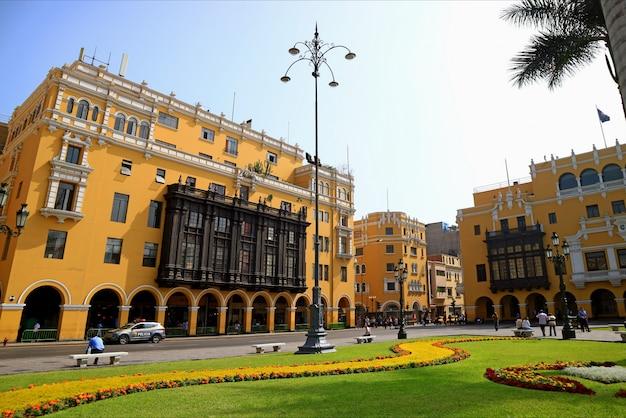 Impresionantes edificios coloniales con un hermoso jardín en la plaza mayor en lima del perú