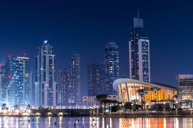 Impresionantes edificios modernos en la noche
