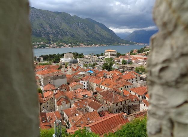 Impresionantes vistas de la ciudad vieja de kotor y la bahía de kotor vistas desde la muralla, kotor, montenegro