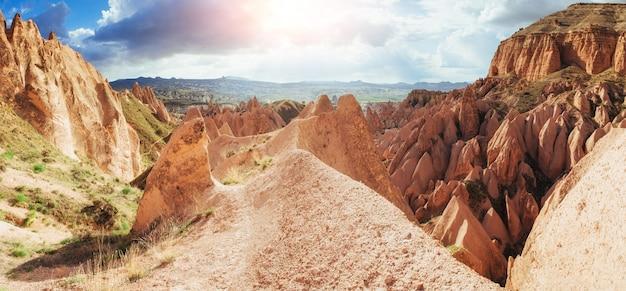 Impresionantes vistas sobre las montañas de capadocia. pavo