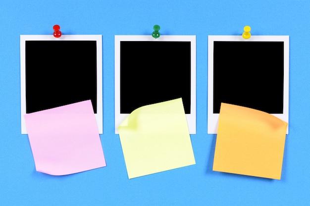 Impresiones fotográficas en blanco con notas adhesivas