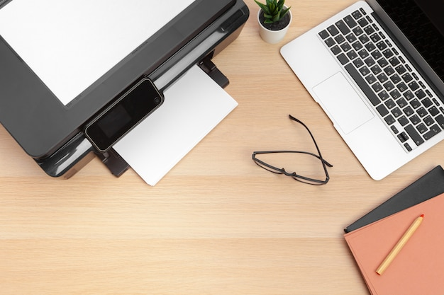 Impresora y computadora. mesa de oficina. vista superior.