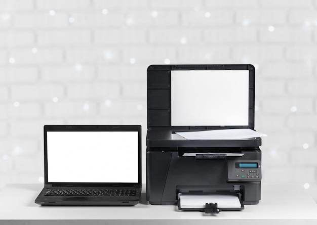 Impresora y computadora. mesa de oficina