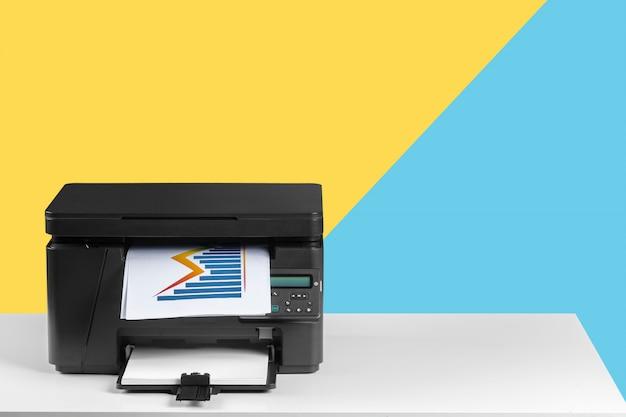 Impresora, copiadora, escáner. mesa de oficina