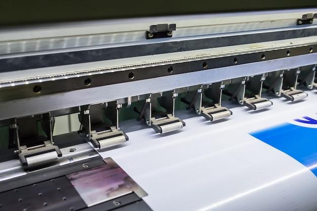 Impresora dispositivo de inyección de tinta de la máquina ejecutando vinilo de movimiento