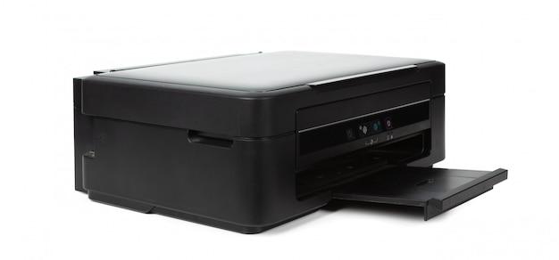 Impresora doméstica multiusos aislada sobre fondo blanco