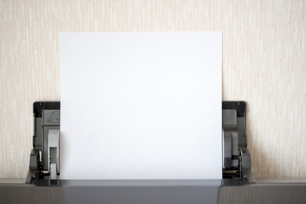 Impresora doméstica y papel.