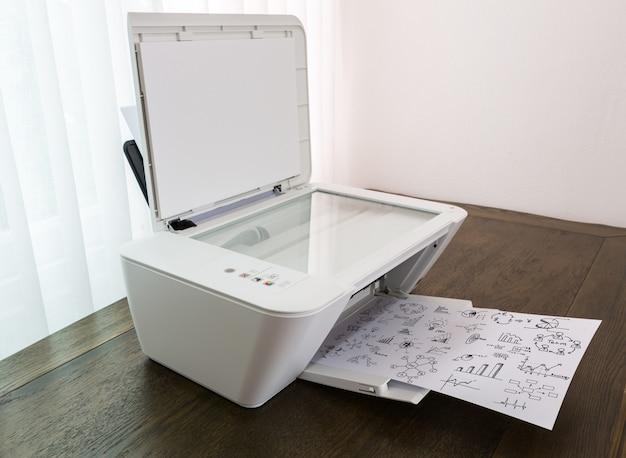 Impresora imprimiendo papeles con gráficos