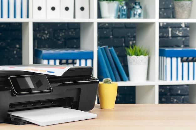 Impresora multifunción lista para imprimir, copiar y escanear en la oficina
