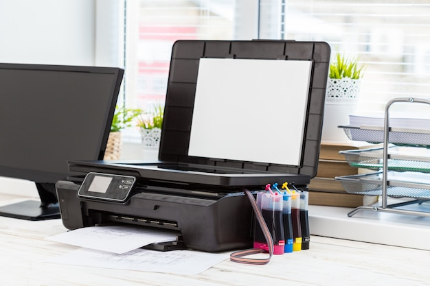 Impresora y ordenador. mesa de oficina