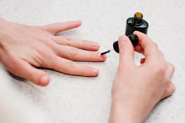 Imprimación de uñas durante el procedimiento gel de uñas