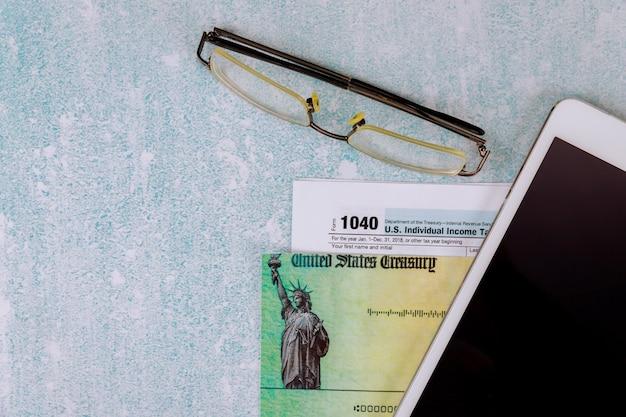 Impuesto sobre la renta con formulario 1040 y tableta digital