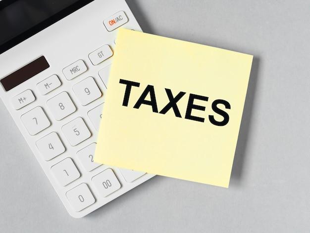 Impuestos palabra en recordatorio de papel