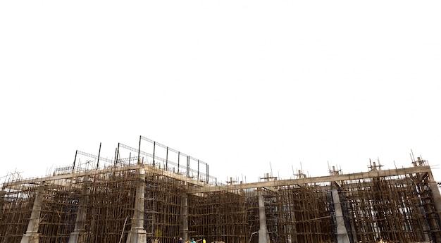 Inacabada obra de construcción aislada en el backgrou blanco