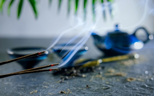 Incienso y té. ritual de té chino. ceremonia del té oriental. configuración de la mesa de té.
